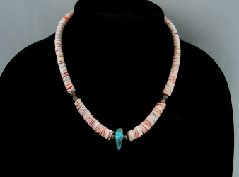 Santo Domingo Heishi necklace cream w/turquoise nugget